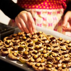 Bild für Brownie-Kardamom Praliné mit Macadamia Nuts