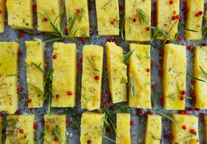 Polenta-Streifen mit Kräutern und Rosa Beeren