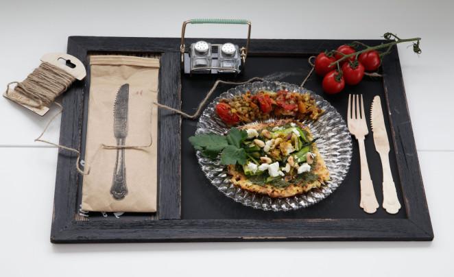 Blumenkohl-Pizza mit Pesto, Zucchiniraspel und gerösteten Mandeln