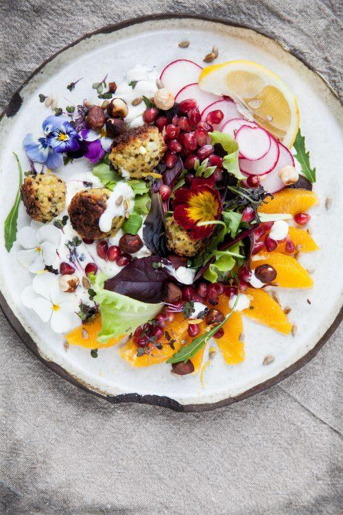 Bild für Quinoa-Bällchen auf buntem Salat