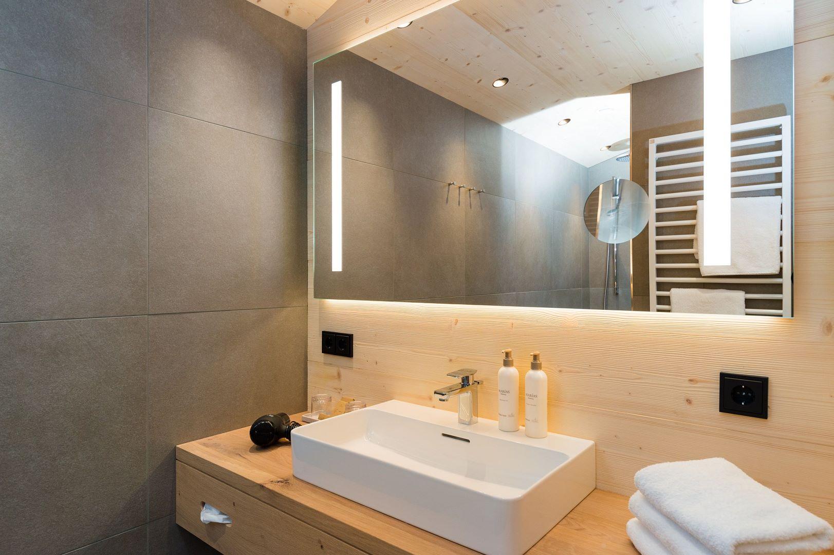 badezimmer-im-biozimmer-am-teich